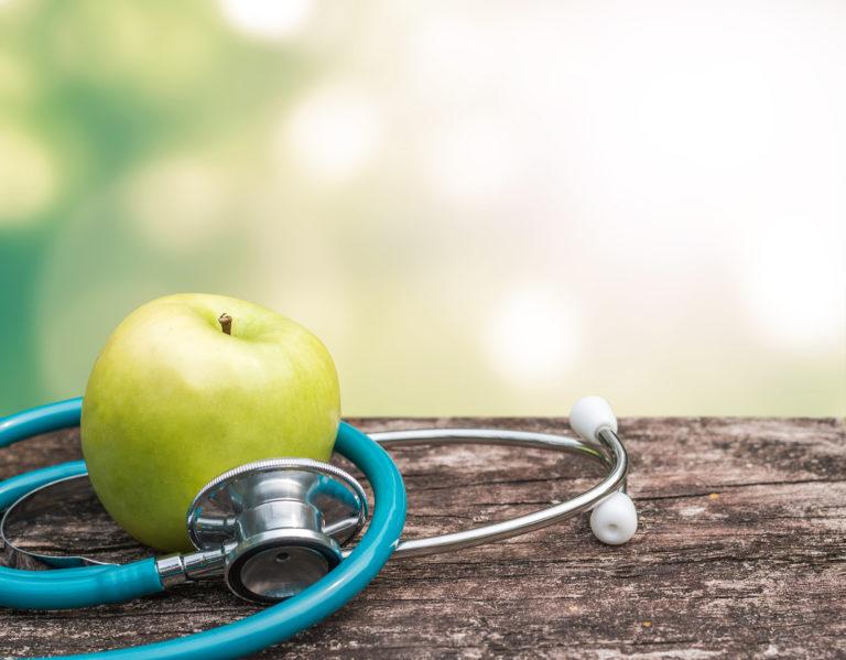 Apfel und Stetoskop