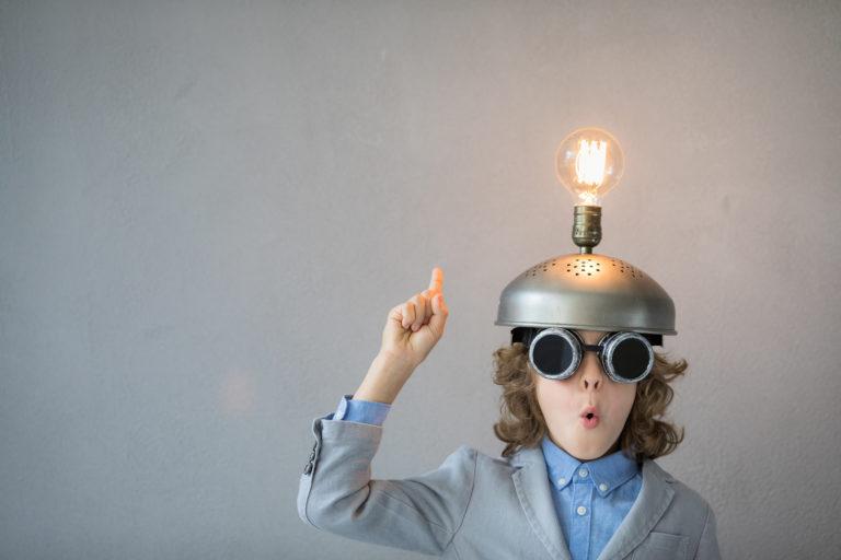 Lösungen um den Blutzucker natürlich zu senken - Junge mit Glühbirne auf dem Kopf